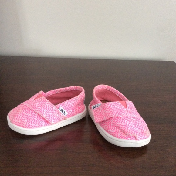 fca19a5165 TOMS baby girl shoes. M_5c3a2c977386bc5ddbf632aa